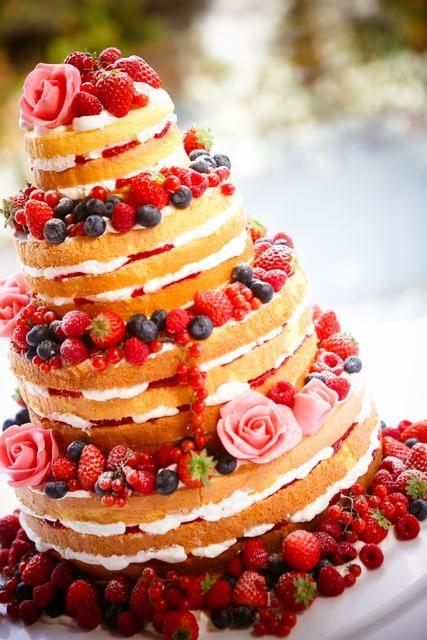 オ バルキーニョ|結婚式場写真「スポンジやクリーム、ベリー系のフルーツなどを飾ったナチュラルなウェディングケーキ♪ネイキッドケーキ♪ おしゃれに可愛くパティシエと相談しながら、理想のウェディングケーキを創りあげよう!」 【みんなのウェディング】