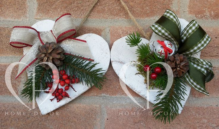 Pair of hearts in white wood with applied fabric ribbons, pine cones berries and moss rattles, are available on request with other variants of color. Dimension 12 cm.