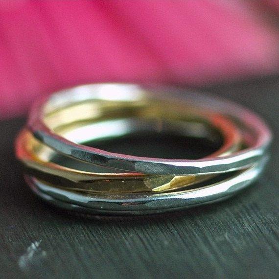 Stapelen ringen in zilver en goud. Mager stapelen ringen in de perfecte set van vier geciseleerde ring bands.  Drie zilveren band en een 14 karaats goud vermeil bands.  Elke hand geweven en ontworpen om samen gedragen worden. Ze zijn delicaat en vrouwelijk, en een grote verklaring afleggen.  Eenvoudig. Mooi. Perfect.  Wees zo goed verhuren mij weet uw ringmaat bij kassa. Niet zeker van je maat? Hier is een geweldig hulpmiddel. http://www.bluenile.com/pdf/bluenile_ringsizer...
