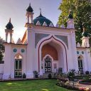 This mosque had been paid for by Shah Jahan Begum, the princess of Bhopal in India and it became a centre for Muslim activities for a large group of converts who would mix with Muslim students who were living in London.