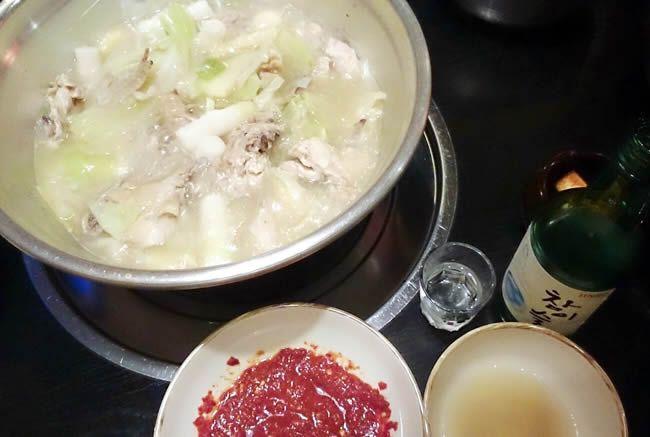 韓国料理のタッカンマリ(鳥鍋)、韓国焼酎のチャミスルとともに。辛味噌と甘い酒がうまい!【にゃーまん】