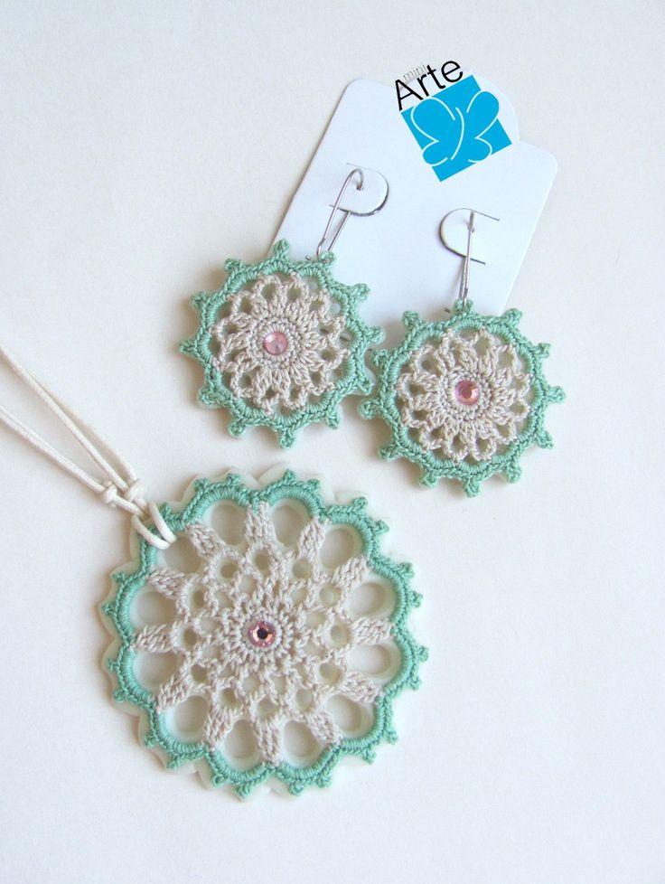 Conjunto de colar e brincos com mandala confeccionada em crochet  (linha Mercer 40) montados em base de biscuit. Cordão ajustável em algodão, chegando a 80 cm de comrpimento. Centro com cristal Swarovski.