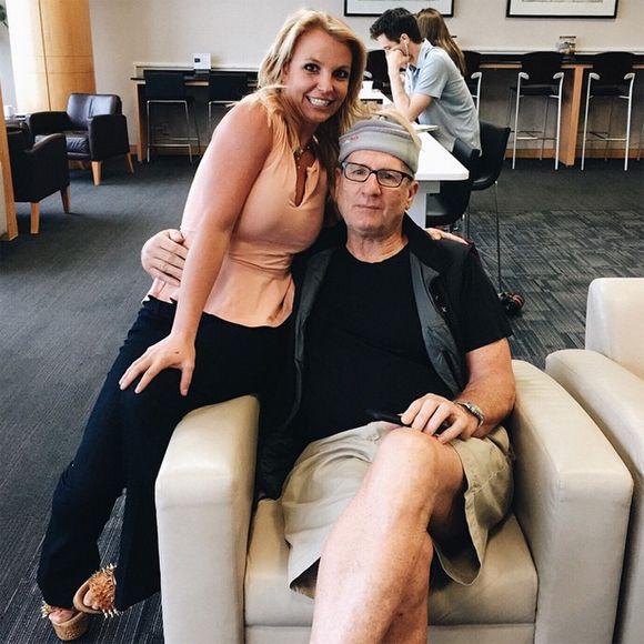Britney Spears rencontre Ed O'Neill de Modern Family et est BEAUCOUP trop heureuse | HollywoodPQ.com