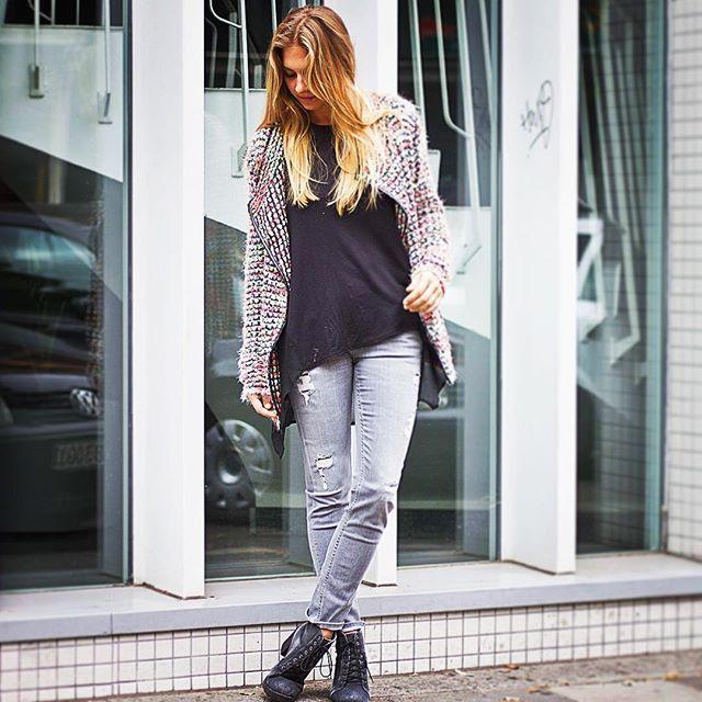 Neue Masche zum Herbstanfang! Strick-Cardigan zum verlieben von @apricot_clothing Jetzt in ausgewählten Stores erhältlich! ►(Link in der Bio) #fashion #fashionstyle #strick #swag #cardigan  #urbanstreetwear #favoritpiece #musthave #swag #newarrivals #autumn #city #stilsicher #style #streetfashion #fotoshooting #fashionista #fashionblog #instadaily #instafasion #fashionblogger_de #ootd #happysunday