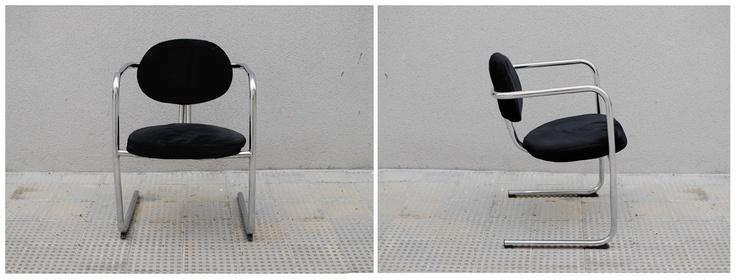 Pareja de sillas años 60 de pie cantiléver, estética retro y tapizado negro original.