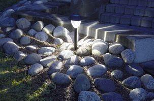 Aurinkokennovalaisin Bright, 8,99e, Clas Ohlson. Myös muut aurinkokennovalaisimet puutarhaan käy!