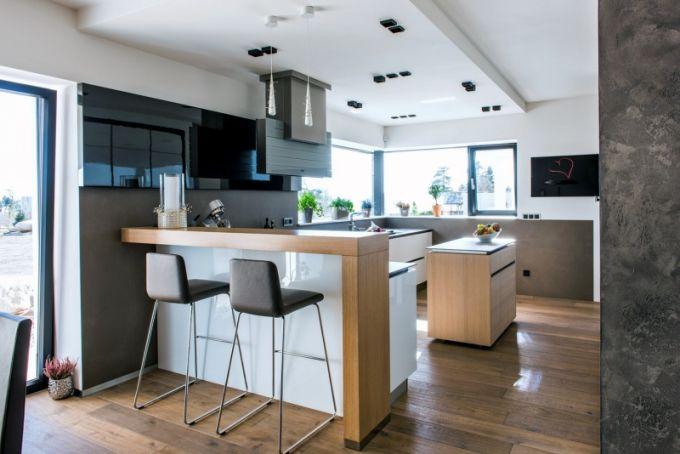 Moderní vzhled kuchyně umocňuje tenká pracovní deska z keramiky, kterou je…