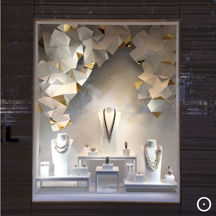 Viewonretail in paris chanel viewonretail shop for Jewelry store window displays