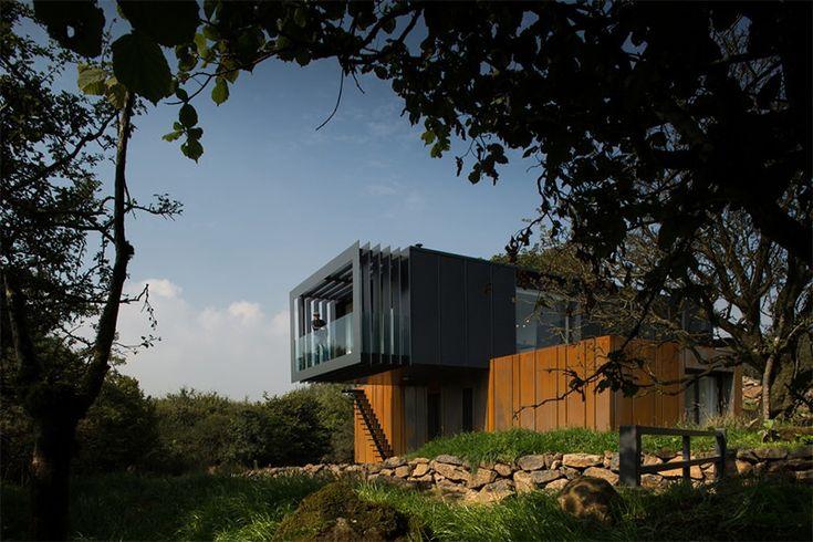 Ano passado uma nova e super diferente construção foi inserida na linda paisagem do campo irlandesa. A residência foi desenhada pelo escritório Patrick Bra