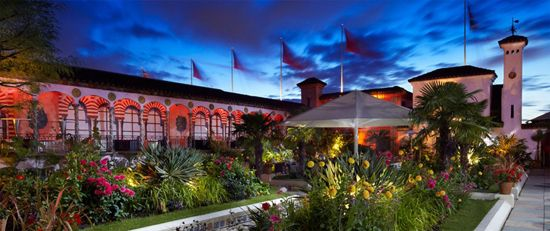 Em Kensigton, os Jardins Suspensos de Sir Richard Branson, em estilo mourisco espanhol – moda em Londres na dinastia dos Tudor. Viveiros de cacatuas e flamingos animam o elegante espaço de recepções e cocktails.