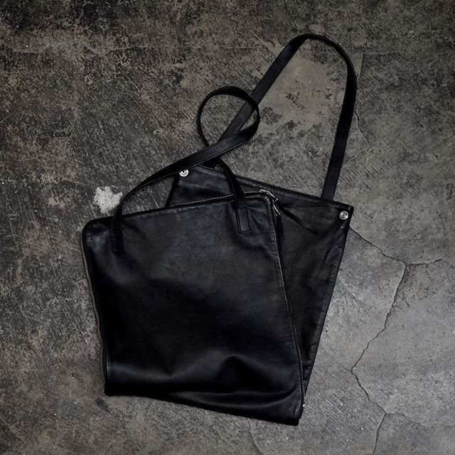 """T.A.S collection.  2WAY TOTE BAG / PC BAG  トートバッグとPCバッグの2WAY。 変形し変質する意義。 目に映る物と存在の乖離。  Tote  bag  and  pc  case  incorporating  a  shape  shifting  feature,which  furthers  the  depth  in  meaning  of """"multifunction""""  #tasjapan #leather #bag #leatherbag #minimalart #minimalism #architecture #artwork #modernart  https://tasjapan.net/items/5a128fbff22a5b6d70001d76"""