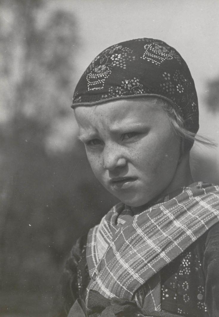 Meisje in Staphorster streekdracht. Ze is gekleed in daagse dracht. Haar muts is versierd met stipwerk. 1935-1945 #Overijssel #Staphorst
