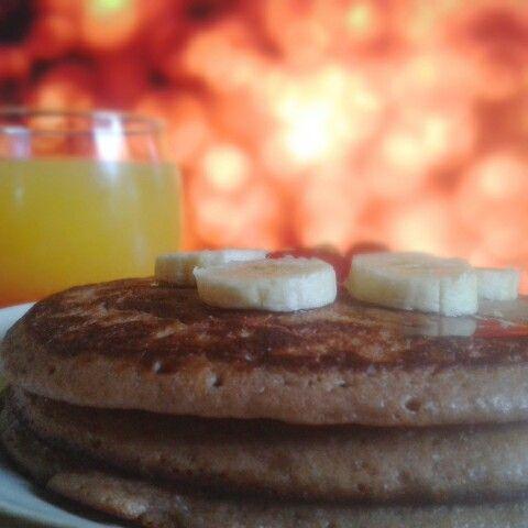 Panqueques de avena, nutella y banano y jugo de naranja con miel de gindas.