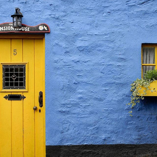Blue and yellow just match, don't you think?  Paitsi tietenkin jääkiekkomaaottelussa... #irlanti #sininen #keltainen #matkablogi #matka #blogi #värikäs #loma reissu #blue #color #ireland #travel #traveling #vacation #visiting #instatravel #instago #trip #holiday #photooftheday  #travelling #instapassport #instatraveling #mytravelgram #travelgram #travelingram #igtravel