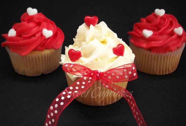 Cupcakes de vainilla con crema de mantequilla blanca y roja con corazoncitos dulces  Copyright® Sweet Cupcakes