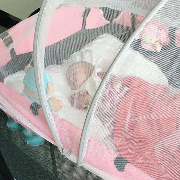 #Helena durmiendo tranquila sus siestas protegidas con nuestra malla protectora adaptable.Toral ¡le damos la bienvenida a la vida!Cómprala en nuestra tienda virtual http://bebetoral.com/detalleitem.php?id_producto=44&id_categoria=3