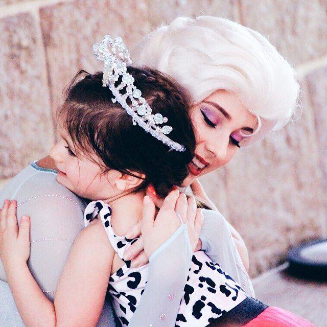 Warm hug❄️ - #disney#disneyworld#disneyprincess#disneyland#Cinderella#princess#hkdl#hongkongdisney#hongkongdisneyland#香港迪士尼樂園#hongkongdisneylandresort#香港ディズニーランド#frozen#Anna#Elsa#Olaf#kristoff#Sven#snow#snowgie#winter#movie http://misstagram.com/ipost/1543943047673583925/?code=BVtMAWOBJk1