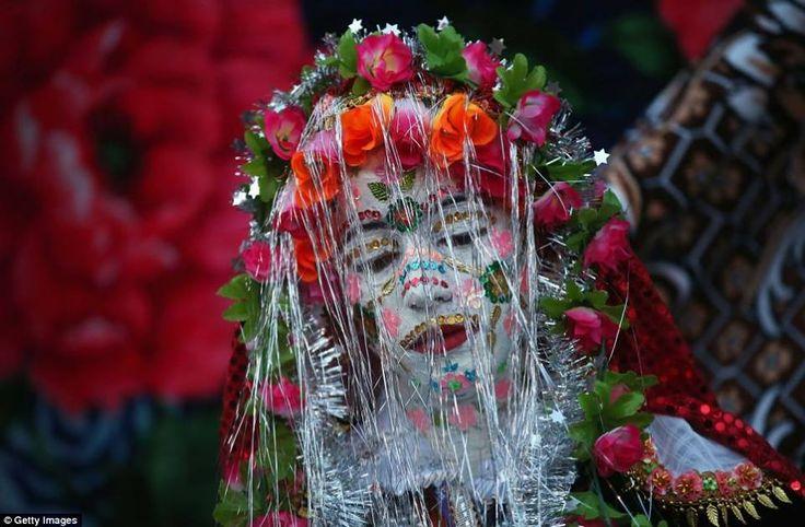 En el remoto pueblo de Ribnovo, Bulgaria, se celebran las #bodas invernales siguiendo esta costumbre centenaria propia de la etnia Pomak (búlgaros de religión musulmana). Lo que veis en la imagen es una novia con la cara pintada y decorada con lentejuelas. Esta decoración tan llamativa se conoce con el nombre de gelena, y son las mujeres de la familia política de la novia las encargadas de proporcionarle tan esmerado maquillaje.