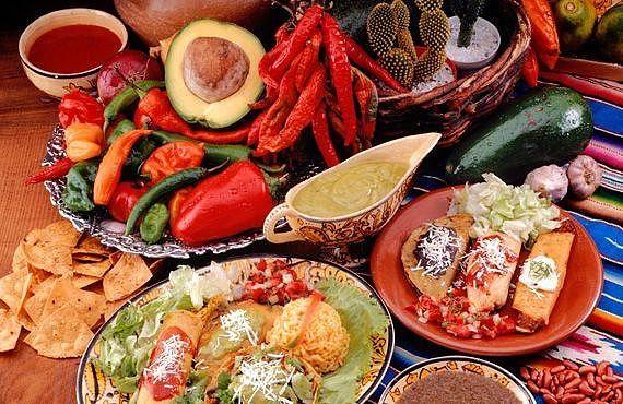 ИНТЕРЕСНЫЕ ФАКТЫ О МЕКСИКАНСКОЙ КУХНЕ  Культура Мексики насчитывает более 50 разновидностей острого стручкового перца чили. Все сорта перца чили имеют различия не только внешне, но и по вкусовым качествам. Местные жители по этим принципам имеют свою классификацию сортов и используют для приготовления различных блюд. Все считают мексиканскую кухню очень острой, но на самом деле это не так. В мексиканской кухне существует множество блюд для приготовления которых специи не нужны вообще…