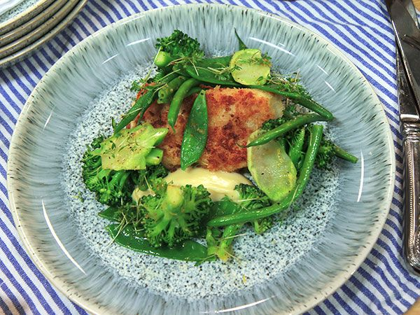 Panerad torsk med dijonmajonnäs och gröna grönsaker | Recept.nu