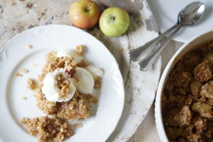 Omenasato on tänä vuonna melkoinen ja tätä perinteistä herkkua oli tehtävä taas! Kauraomenapaistoksen pystyy lapsikin valmistamaan alusta loppuun...