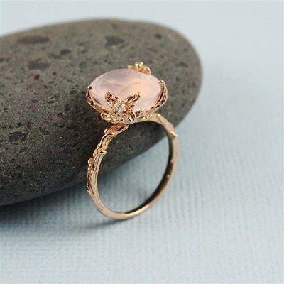Este anillo de cuarzo rosa inspirado en la naturaleza: | 43 Deslumbrantes anillos de compromiso de oro rosa que te dejarán sin aliento