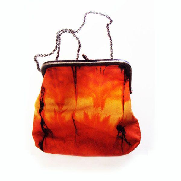 Ref: Cartera globo Material: Cuero – Pintado a mano Técnica: Batik Forro textil Medidas: 17 cm x 16 cm x 5 cm Producto hecho a mano http://www.monicatejada.co/