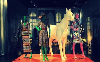 Un cavallo bianco e ai suoi lati abiti in maglia di Missoni degli anni '70 e un Pucci dei '60, da lei entrambi stimatissimi per le tinte ineguagliabili....