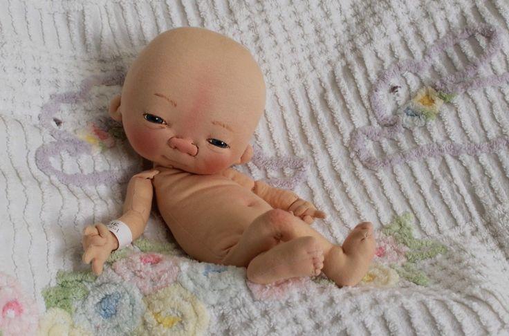 Estes adoráveis bebês são feito e esculpidos em tecido usando malha anti alérgica e são completamente articulados, podendo trocar de roupa a vontade. <br>Seus rostinhos e expressões são pintados mão e o cabelo é aplicado a mão também meche por mecha. Posso fazer de acordo com fotos de um bebê real, personalizado portanto. <br> <br>Podendo escolher cor de olhos e cabelos! <br> <br>Cada bebê mede cerca de 30 centímetros. <br> <br>Obrigado por visitarem a minha loja. Por favor se for de seu…