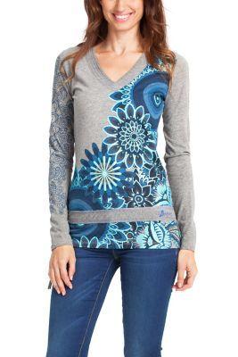 Camiseta gris de manga larga con mandalas y bolas galactic en tonos azules estampados. Fíjate en los brillantes bordados y los dibujos en la manga. ¡Pon luz a tus días de invierno!