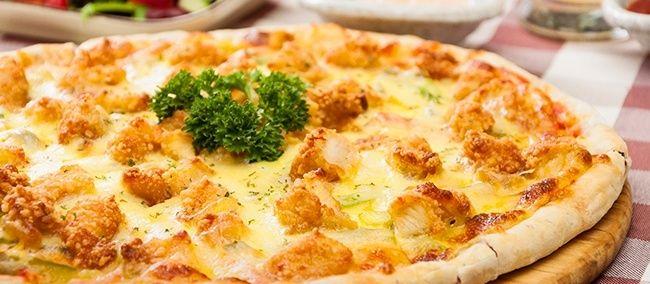 Домашняя пицца в духовке с жареной курицей