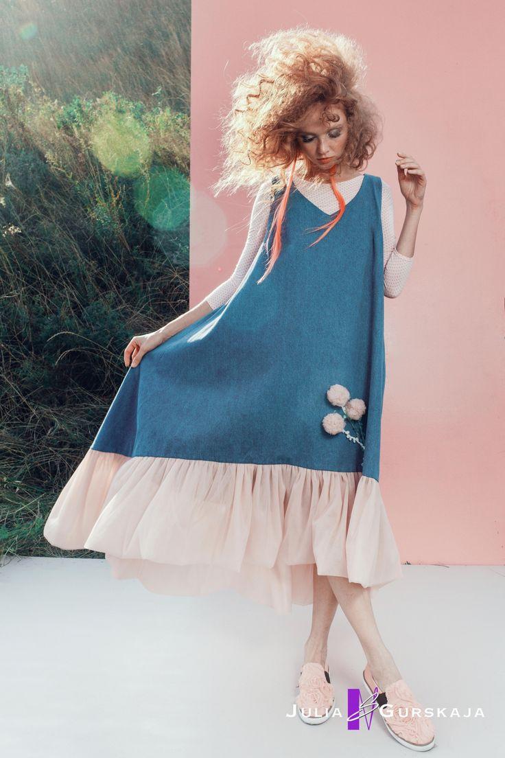 """Универсальное джинсовое платье , длиною в пол выполненное в стиле """"oversize"""". Платье декорировано по низу рюшами из фатина."""