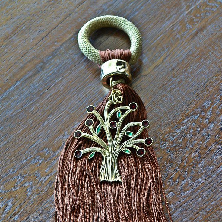 Μπρούτζινη ροδιά με κόκκινα ρόδια και πράσινα φύλλα με καφέ φούντα και χρυσό κορδόνι, για να το κρεμάτε ακόμα και στις πόρτες, για να φέρει καλοτυχία την νέα χρονιά.