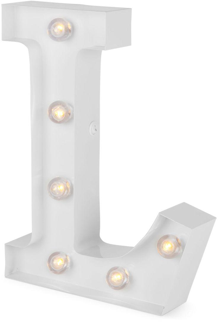 Alice & Fox' bogstavslamper giver lynhurtigt indretningen et personligt touch, og egner sig helt perfekt til børneværelser hvor de kan bruges til at stave ord eller navne. <br><br>Denne bogstavslampe spreder et varmt og behageligt behageligt lys. Den er batteridrevet og tændes med en knap på siden, så du kan stille den hvor som helst, uden at ledninger kommer i vejen.<br><br>Form: L.<br><br>Bør placeres udenfor rækkevidde af små børn.<br>Bør ikke ...