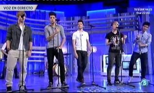 """El grupo presenta su última canción """"Sentado en el banco""""  http://www.telecinco.es/quetiempotanfeliz/Auryn-Sentado-banco_2_1602855060.html"""