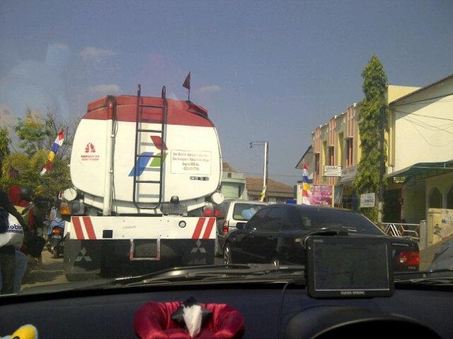 """14:29 """"@duniamaya: Kepadatan di ruas Kadungora dari Garut ke Cijapati"""