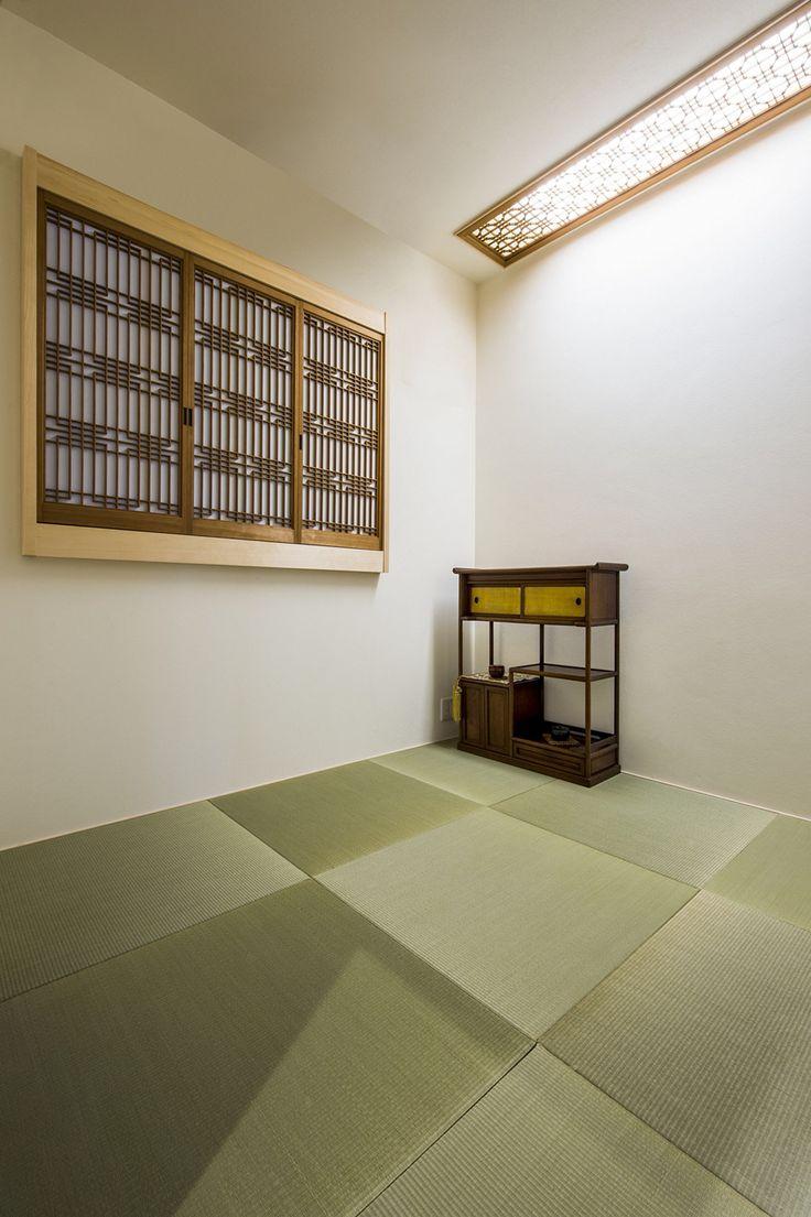 瞑想部屋 和室 亡くなったお爺ちゃんのお家の障子や木材を再利用して作った和室 茶箪笥はお婆ちゃんのもの