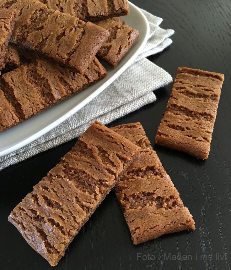 Jeg tror, at de fleste af mine læsere herinde kender til bastogne – den der lille, mørkebrune småkage eller kiks, der smager så dejligt af krydderier, efterår, jul og vinterhygge. Men selvom smagen er sådan lidt julet og kanel-agtig, så kan man nu sagtens spise de små, sprøde kager hele året – det gør jeg i …