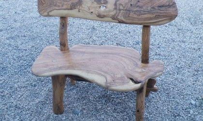 Panchina da giardino in legno d'ulivo, con schienale e in finitura lucida. Disponibile anche in finitura naturale.