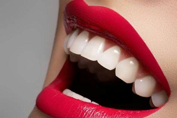 ¡No más dientes Manchados… Blanquea tus Dientes con estos 10 poderosos Alimentos y dile adiós a los Blanqueadores comerciales!