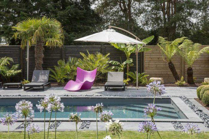 jardin paysager, petit jardin paysagé avec piscine et belle chaise-longue