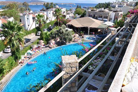 Ayaz Aqua  Description: Ligging: Ayaz Aqua ligt op ongeveer 100 meter van het strand en het gezellige centrum van Gumbet ligt op ongeveer 12 kilometer. Het centrum van Bodrum ligt op ca. 5 km. en is makkelijk te bereiken met het openbaar vervoer. Openbaar vervoer treft u op ongeveer 150 meter vanaf het hotel en iedere 15 minuten vertrekt er een dolmus busje naar het centrum. Faciliteiten: Ayaz Aqua telt 75 kamers verdeeld over meerdere gebouwen met maximaal 2 verdiepingen. U treft er een…