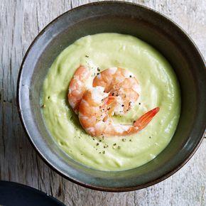 Zur cremigen Avocadosuppe schmecken Baguette oder gebuttertes Vollkornbrot. Die Avocado sollte möglichst reif sein, dann schmeckt die Suppe am besten.