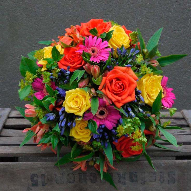 De colores vibrantes y llamativos, este ramo de flores compuesto por rosas, mini gerberas y verdes está cargado de optimismo e ilusión. Envío a domicilio en Madrid.