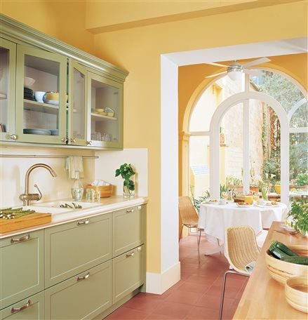 Cocina de pared color amarillo y mobiliario en verde