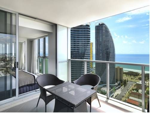 I wouldn't mind coming out to here to have breakfast every morning! The Meriton Serviced #hotel offers amazing ocean views and luxury accommodations with every apartment. This is definitely the place to be in #Australia!