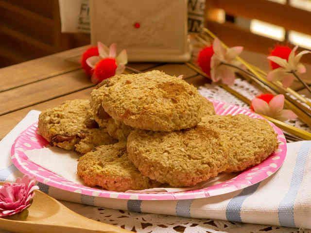 モデルに人気!簡単なオートミールクッキー    話題のレシピになりました!ありがとうございます♪砂糖ゼロ!グルテンフリー!簡単にできるとてもヘルシーレシピです♫  材料 オートミール 125g リンゴ 1個 ココナッツオイル 大さじ1 レーズン 適量   作り方 1「オートミールクッキー」の人気検索で1位になりました!ありがとうございます♪  2 ミキサーでオートミールを攪拌します。3 リンゴの新を取って切ります。この便利グッヅをダイソーの100円ショップで購入しました。おすすめです。4 オートミールの必要量を計ります。5 リンゴをミキサーで攪拌をします。6 オートミールに攪拌したリンゴとココナッツオイルを加えます。7 良く混ぜ合わせます。8 丸く広げた形にします。9 半分の生地にレーズンを入れ混ぜました。10 オーブンシートを敷いた天板に間隔をあけて丸く広げた形にした生地をのせます。11 180℃に予熱しておいたオーブンで20分前後焼きます。コツ・ポイント もっと甘くしたい方ははちみつを入れてください。