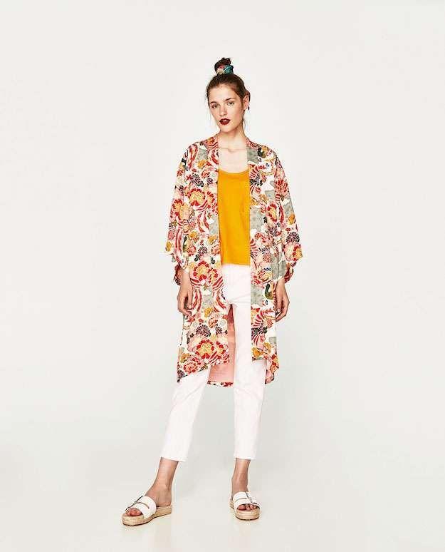 Un #look ideal para esta #primavera. Esta compuesto por un #kimono de estampado oriental, un #pantalón basico en color blanco y una #camiseta amarilla.