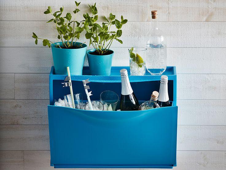 Pimp je schoenenkast als tijdelijke bar | IKEA IKEAnederland IKEAnl wooninspiratie inspiratie buiten bar TRONES schoenenkast blauw outdoor wijnkoeler SVALKA champagneglazen IKEA365+ karaf