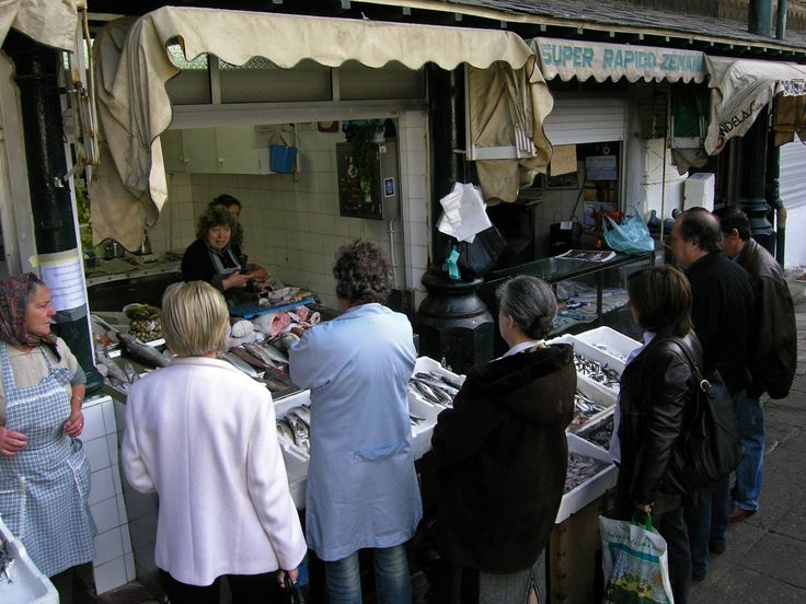 21.  2008.02 - peixeira e clientela no Mercado do Bolhão